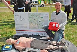 Übergabe eines Defibrillators im Kulmland durch Gregor Fink